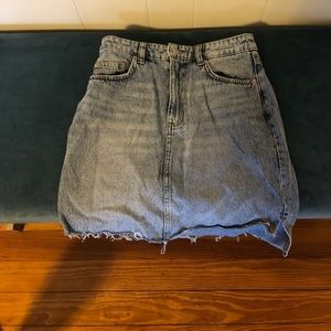 H&M light wash frayed denim skirt